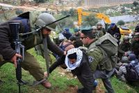 IOF soldiers detain 4 citizens, settler runs over mother and her children