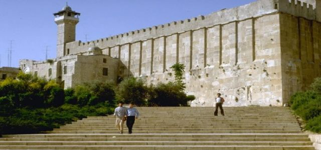 Hundreds of Israeli settlers desecrate Ishaq's tomb in the Ibrahimi Mosque