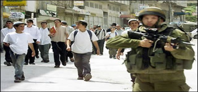 IOF troops close downtown Al-Khalil to allow visit to Jewish tomb